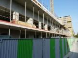 Au centre, murs et balcons progressent