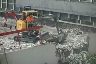 Evacuation des derniers matériaux recouvrant le béton du toit