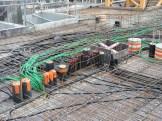 Tuyaux, gaines et câbles dans la dalle des parties communes du 7° étage