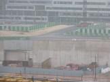 Route menant vers un futur pont au dessus des voies ferrées