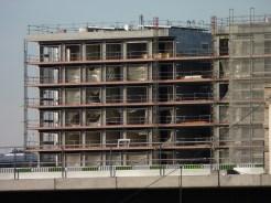 Bâtiment A montrant les installations en cours sur son toit