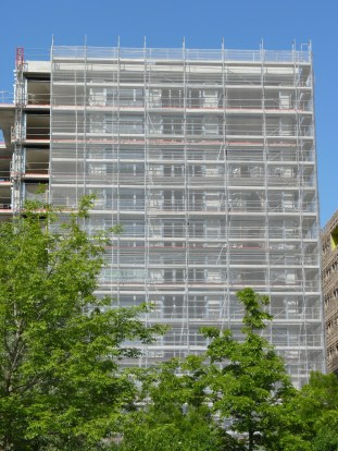 Parc 17, bâtiment C, 5° colonne précisée de ses cadre de porte-fenêtres accordéon