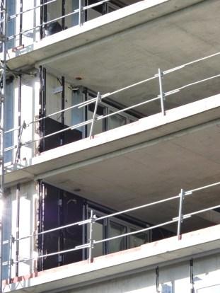 Pose du bardage, façade intérieure Est, Faille entre les bâtiment B & C