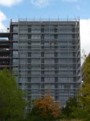 Isolant (noir) posé sur les façades du bâtiment C