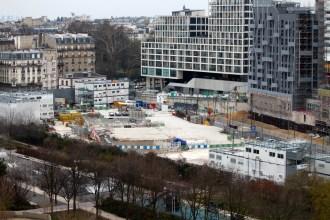 Nettoyage de la zone de chantier du prolongement de la ligne 14 de métro dont la dernière grue a été retirée en décembre 2018