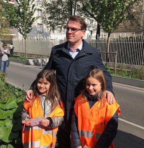 """Geoffroy Boulard, Maire du 17° et 2 brillantes participantes Crédit photo """"Plus belle ma rue"""""""