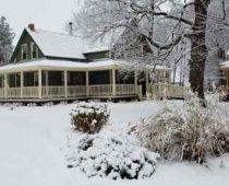 La Maison ancestrale Dalton sous le couvert neigeux