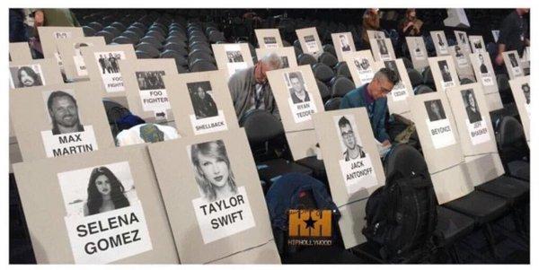 OMG! Olha o assento da rainha ali do lado!!! E Taylor e Selena sempre juntinhassss, AMO!