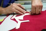 Atelier Chie Milhara - Fabrication des pièces en cuir à partir de patron en papier cartonné - Photo Chie Milhara