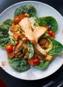 photographie d'une salade césar.