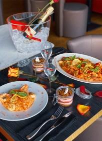 photographie d'une table de restaurant à l'occasion de la saint Valentin.