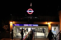Saída da estação para ir a Tower Bridge