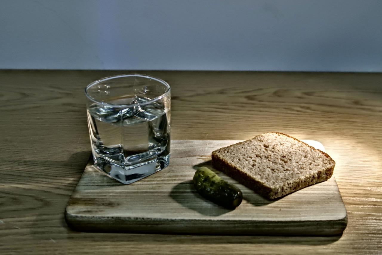 Un verre d'eau et un peu de pain