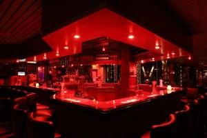 Grote gezellige bar bij club Monique