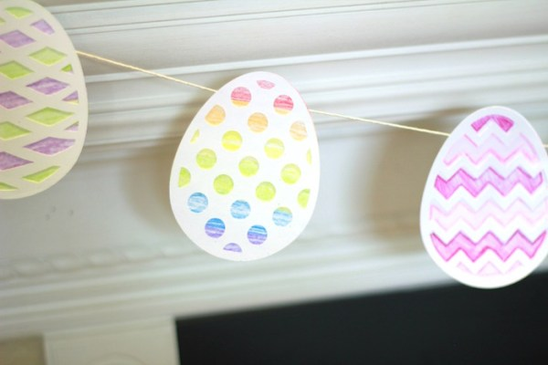 This Easter egg garland makes a fun last minute kids craft #silhouette