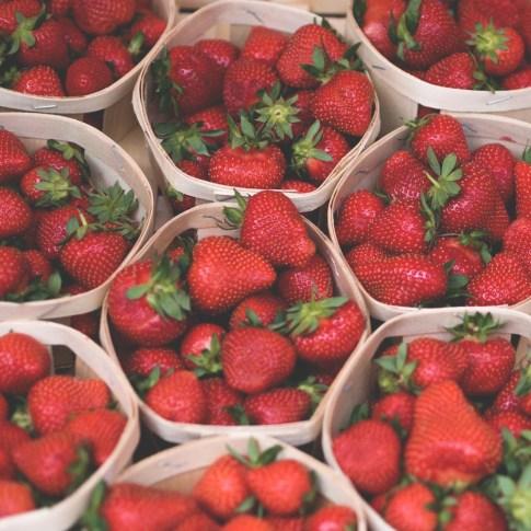 fraises marché - conseils voyage inoubliable