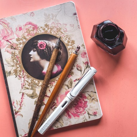 écrire à la plume
