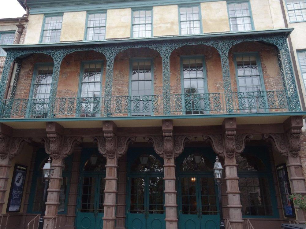 Les balcons ouvragés des vieux immeubles de Charleston
