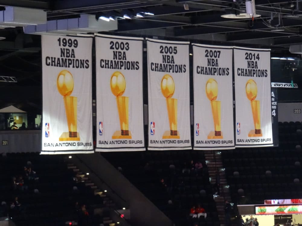 Les bannières de champion des Spurs