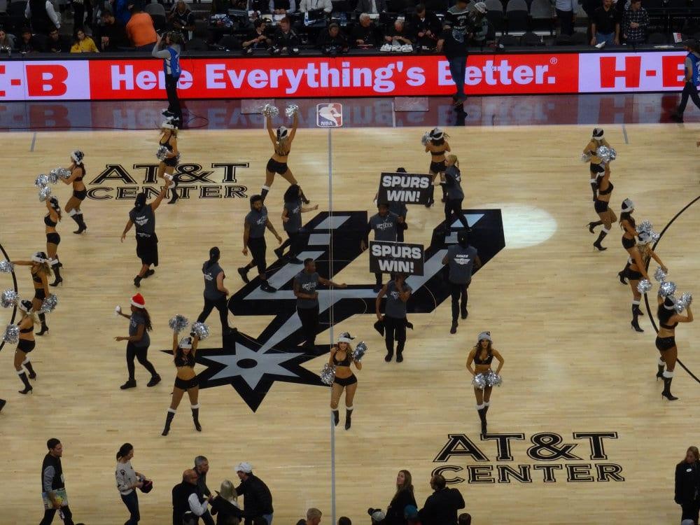 Les cheerleaders de San Antonio fêtant la victoire des Spurs