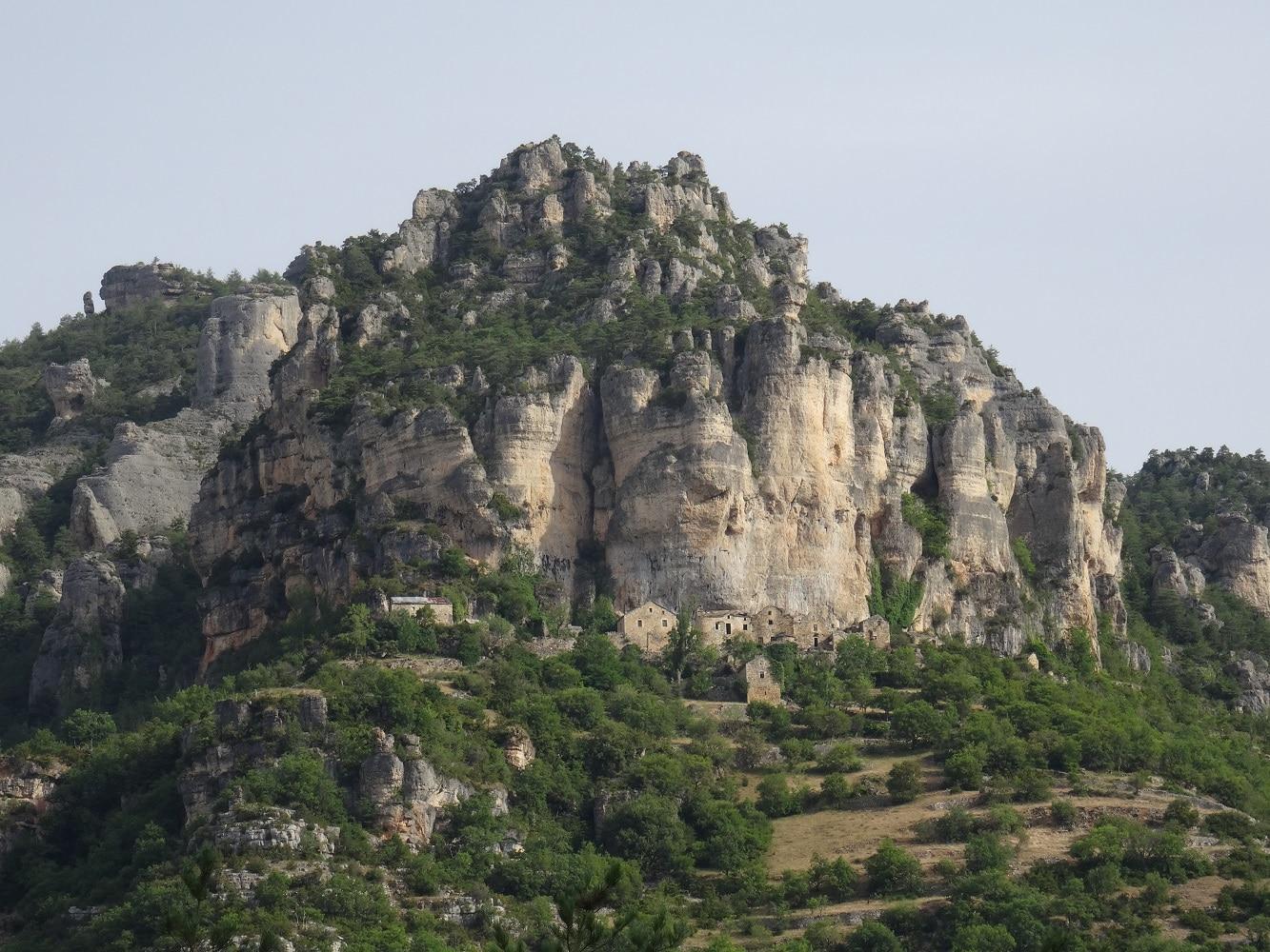 Gorges du Tarn, village troglotytique Les Eglazines