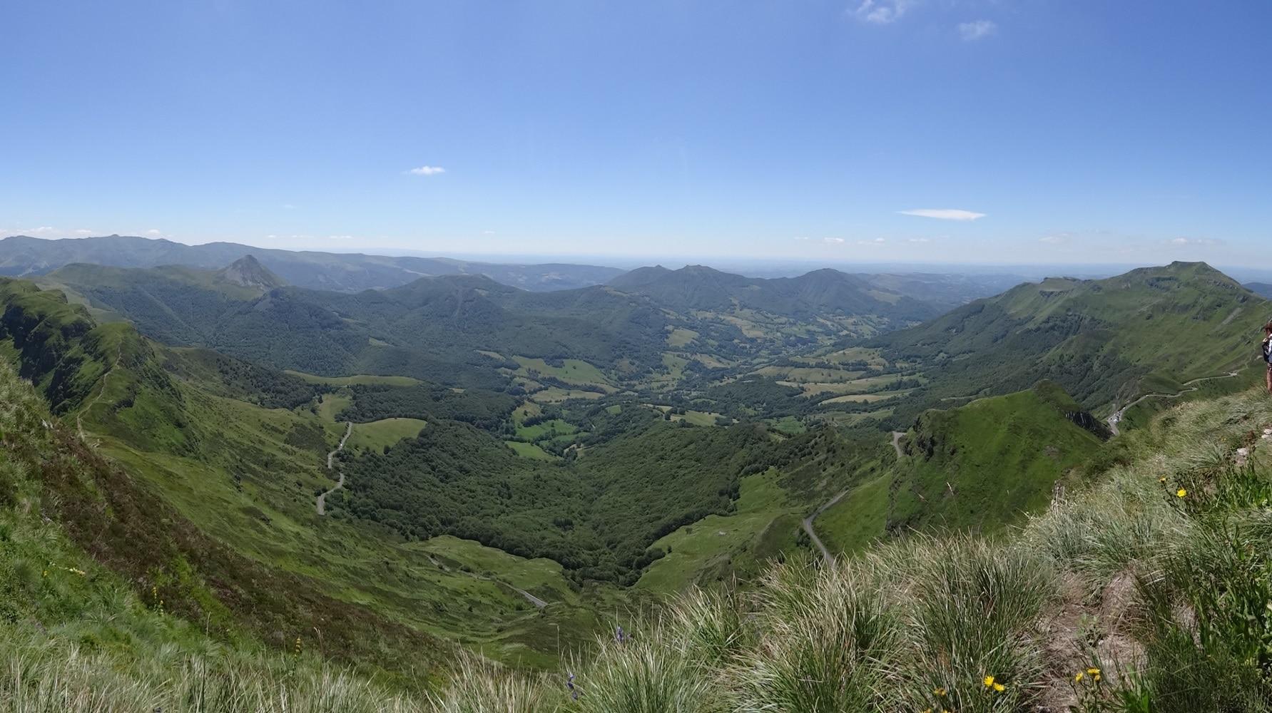 Randonnée dans les Monts du Cantal au Puy Mary - Stationnement au col de Serre pour les camping-cars