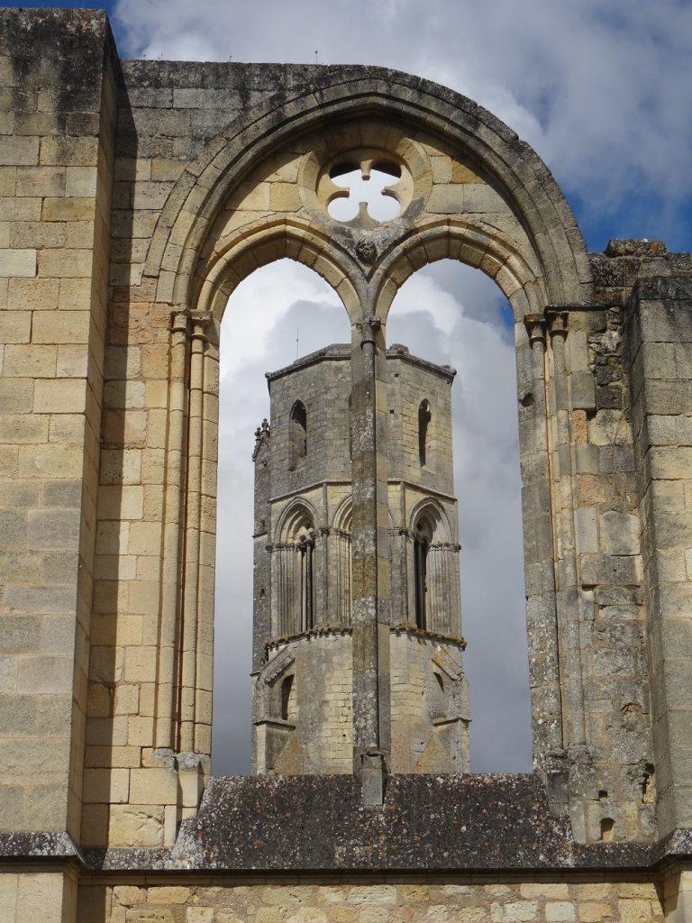 Abbaye de La Sauve Majeure, clocher derrière les ruines du réfectoire