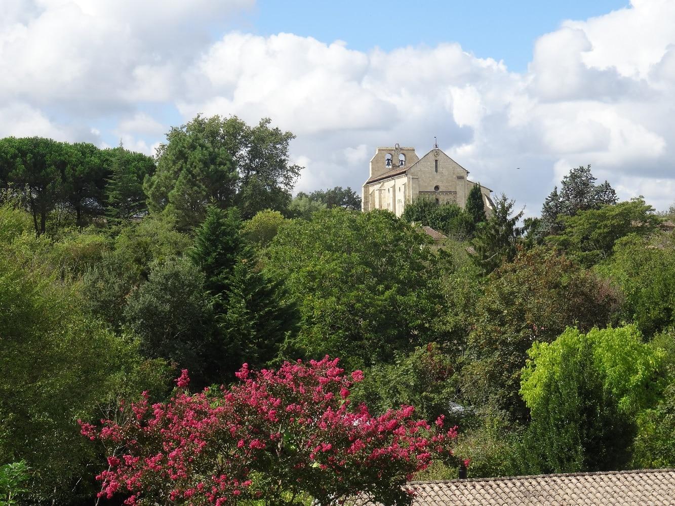 Eglise Saint Pierre vue depuis l'Abbaye de La Sauve Majeure, patrimoine mondial de l'UNESCO