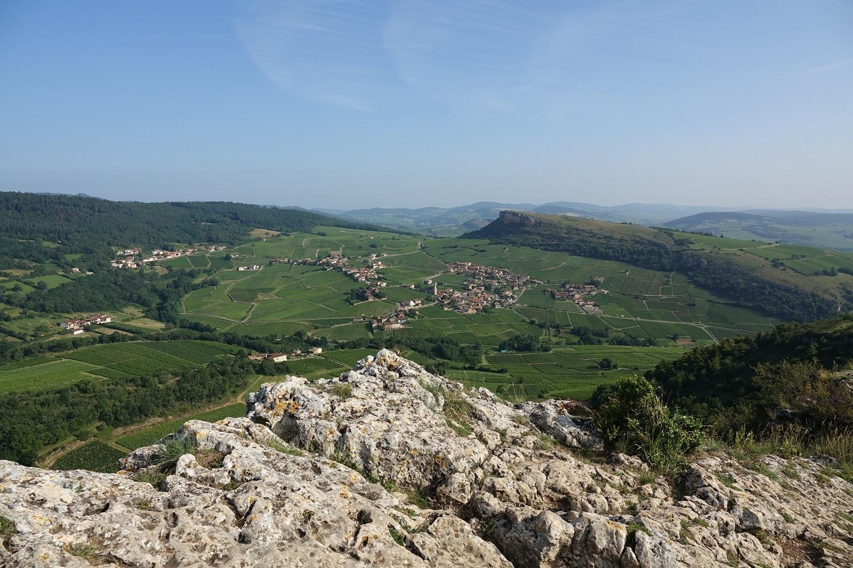 Point de vue sur la roche de Vergisson depuis le sommet de la roche de Solutré