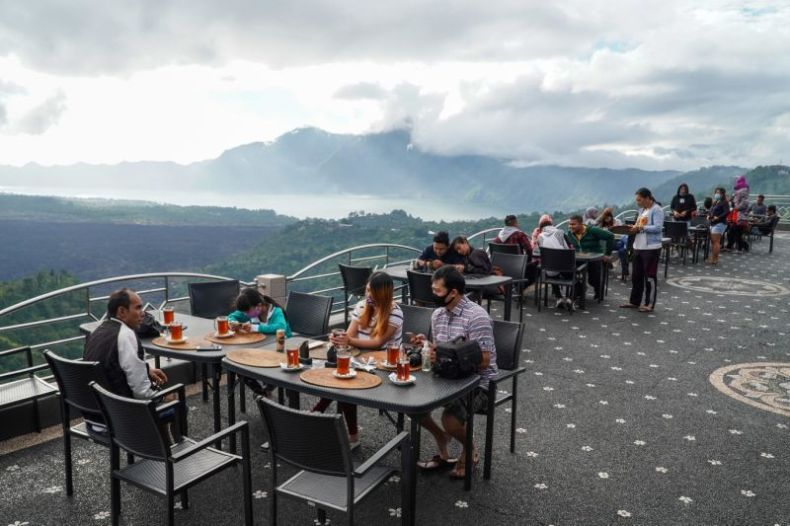 People spend a weekend on Kintamani Hill around Mount Batur and Lake Batur area to get over the boredom after three months of Covid-19 coronavirus social restrictions. Source: AAP