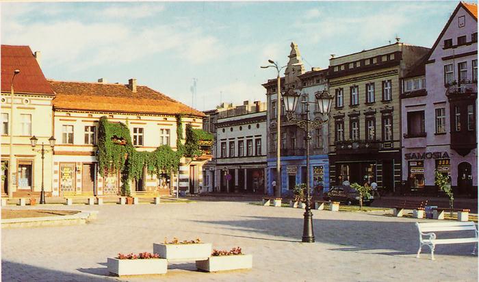Widok na kamienice przy Rynku w Strzelnie