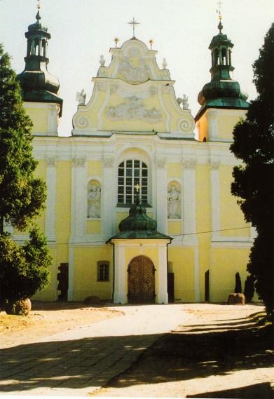 Front Kościoła Św. Trójcy w Strzelnie