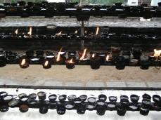 Sri Lanka, Kendy. Chrám zubu-Sri Dalada Maligawa Temple. Par fumum.