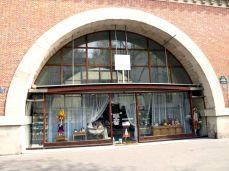 Viaduc des Arts. Do oblouků byly vestavěny provozovny, které jsou na základě konkursů pronajímány začínajícím umělcům a uměleckým dílnám.