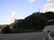 Přehrada Vidraru leží ve výšcě 900 m.n.m. a nad ní se tyčí mé milované a hrozivé a nebezpečné Fagarašské hory, ke kterým vede cesta po hrázi.