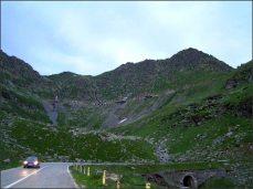 Cesta je tak nebezpečná, že je i v létě mezi 22,00 a 6,00 uzavřená (teoreticky).