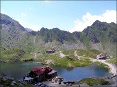 Ceauceskova lovecká chata je ta poslední, vzadu, na kopečku.