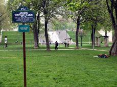 Vstup do zahrady a parku. Schody vzadu vedou k národní knihovně a jsou častým místem pikniků studentů. Za horizontem scházejí k futuristické lávce přes Seinu, která vede ke strašidelné obludě, Ministerstvu financí Bercy (čti: ber si)