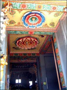 V chrámu vládl čilý ruch, lidi courali tam a zpět a vůbec se nebáli, že jim evidentně šílené odkvétající lotosy spadnou na hlavu.