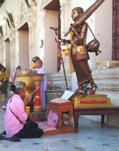 blog-voyage-couple-parfums-de-liberte-leo-et-julie-petit-budget-guide-complet-thailande-priere