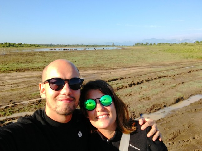 blog-voyage-couple-parfums-de-liberte-leo-et-julie-petit-budget-safari-udawalawe-sri-lanka-selfie
