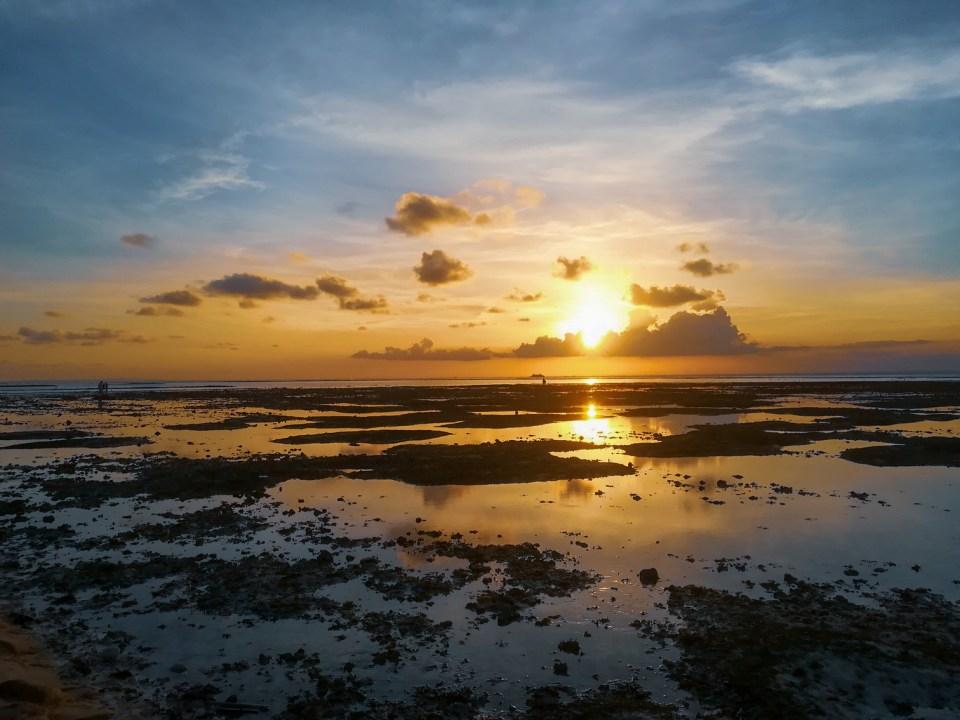 blog-voyage-couple-parfums-de-liberte-leo-et-julie-petit-budget-bali-indonesie-nusa-lembongan-mer-coucher-soleil