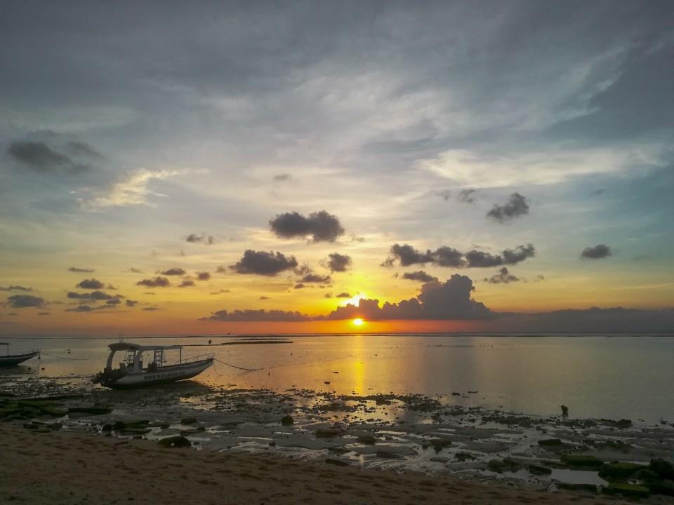 blog-voyage-couple-parfums-de-liberte-leo-et-julie-petit-budget-bali-indonesie-nusa-lembongan-plage-coucher-soleil
