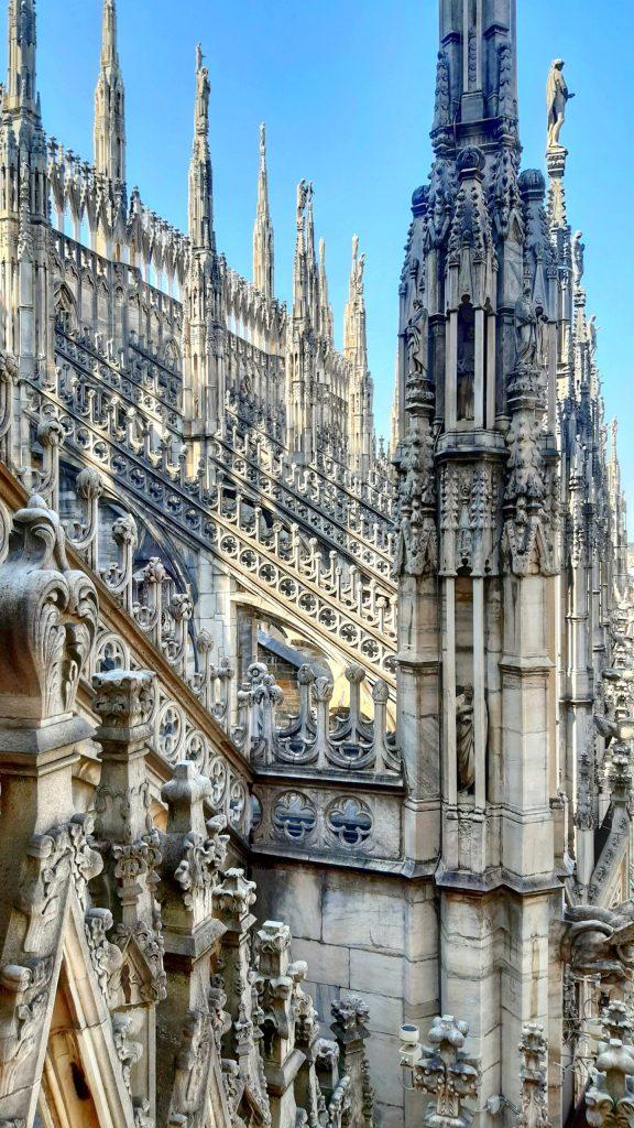 blog-voyage-couple-parfums-de-liberte-leo-et-julie-petit-budget-visiter-italie-milan-milano-duomo-visite-top-3-musee-manger-fleche