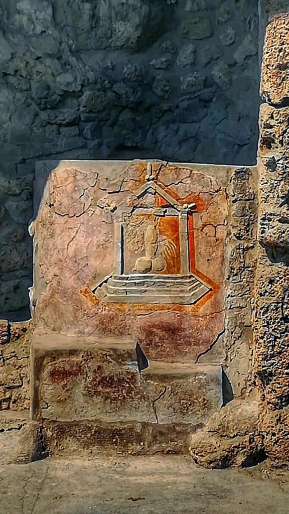 blog-voyage-couple-parfums-de-liberte-leo-et-julie-petit-budget-visiter-italie-visite-fresque-pompei-naples-napoli-camping-vanlife-ruines-archeologie-coronavirus-sexe-mur