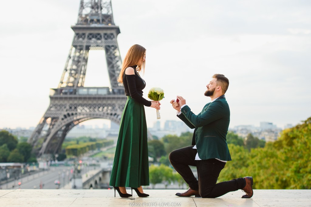 proposal captured by paris photographer at Trocadero