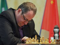 24  Playing with the chess pieces is helping Boris Gelfand to concentrate better!