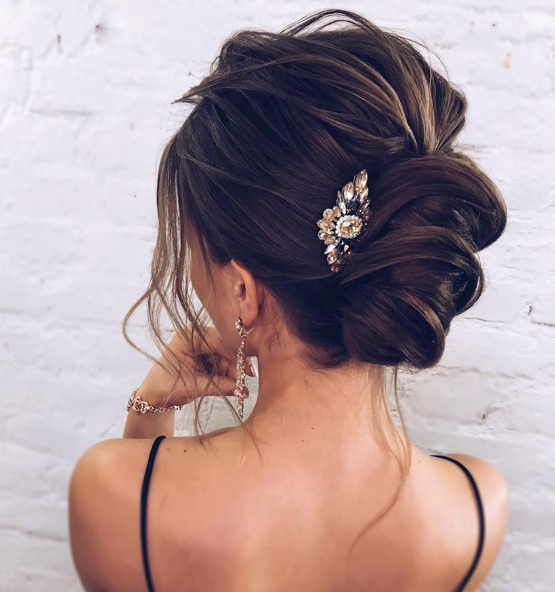 Romantic wedding hairstyles and makeup you should not ignore