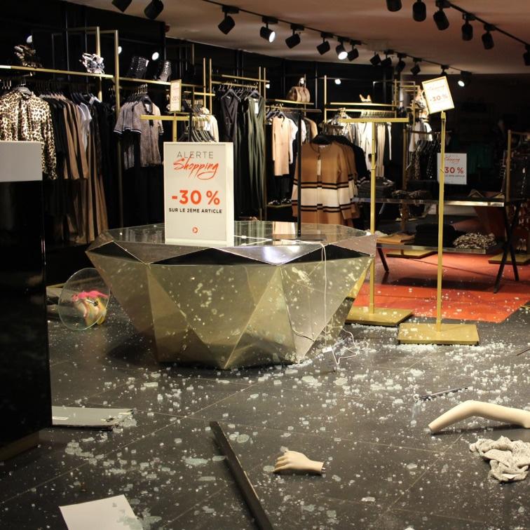 【フーケッツが燃えた】パリのシャンゼリゼ通り