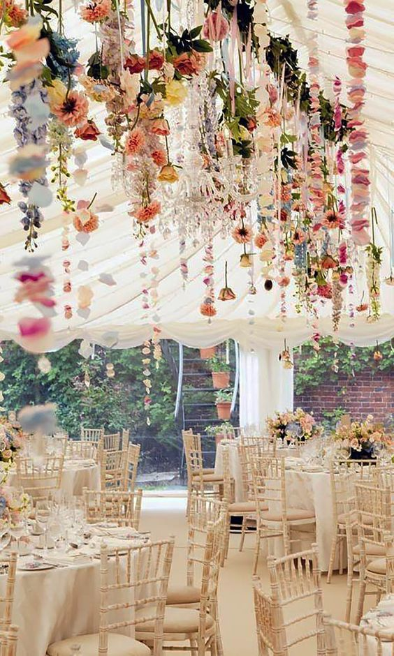 mariage-thème-champêtre-tables-fleurs-guirlandes